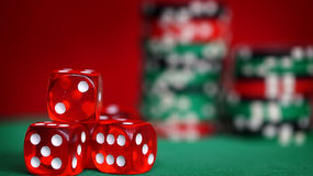 Czerwoni kostka do gry i kasyno układy scaleni na zielonym stole Fotografia Stock