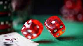 Czerwoni kostka do gry, kasyno układy scaleni, karty na zieleni czującej Zdjęcie Stock