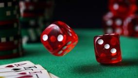 Czerwoni kostka do gry, kasyno układy scaleni, karty na zieleni czującej Fotografia Royalty Free