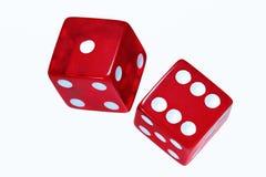 Czerwoni kostka do gry na bielu Zdjęcia Royalty Free