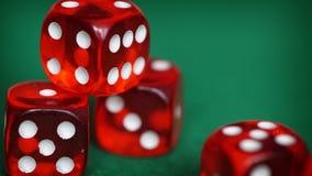 Czerwoni kostka do gry na zieleni czującej Zdjęcie Stock