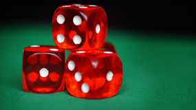 Czerwoni kostka do gry na zieleni czującej Obraz Royalty Free