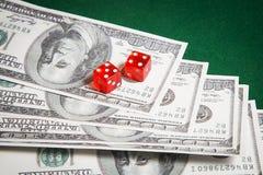 Czerwoni kostka do gry nad zieleni powierzchni wizerunku zakończeniem up Fotografia Stock