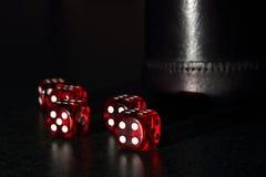 Czerwoni kostka do gry z Czarną kostka do gry filiżanką Obraz Royalty Free
