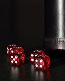Czerwoni kostka do gry z Czarną kostka do gry filiżanką Zdjęcia Stock