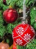 Czerwoni kul ziemskich boże narodzenia ornamentują drzewa, wyszczególniają, zamykają, up Zdjęcie Royalty Free