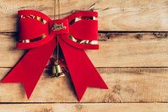 Czerwoni łęków boże narodzenia wiesza na drewnianym tle z copyspace , Han Zdjęcia Stock