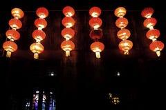 Czerwoni lampiony błyszczy w ciemność Zdjęcia Royalty Free