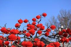 Czerwoni lampiony i inny tradycyjni chińskie wystrój Obraz Royalty Free