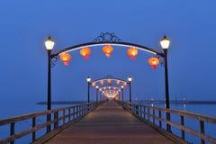 Czerwoni lampiony na biel skały molu dla Chińskiego księżyc festiwalu Fotografia Stock