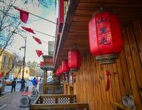 Czerwoni lampiony na ulicie obraz royalty free