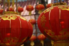 Czerwoni lampiony z żółtym kitki obwieszeniem w Tajwańskiej świątyni przy Keelung miastem dla festiwalu zdjęcie royalty free