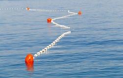 Czerwoni markiery w dennym ocechowaniu bezpieczny pływacki teren obrazy stock