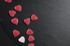 Czerwoni marmoladowi serca na czarnym łupku wsiadają karcianej dzień projekta dreamstime zieleni kierowa ilustracja s stylizował  Zdjęcia Royalty Free
