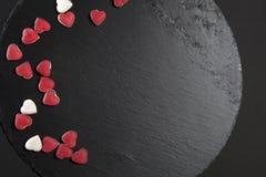 Czerwoni marmoladowi serca na czarnym łupku wsiadają karcianej dzień projekta dreamstime zieleni kierowa ilustracja s stylizował  Zdjęcia Stock