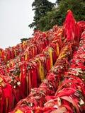 Czerwoni modlitwa lampasy, kłódki na ogrodzeniach Huashan góra i, Xian, Chiny zdjęcie royalty free