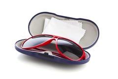 Czerwoni okulary przeciwsłoneczni w błękitnej skrzynce odizolowywającej Obraz Stock