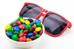 Czerwoni okulary przeciwsłoneczni i kolorowi candys Zdjęcie Royalty Free