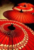 Czerwoni parasols z rzędu zdjęcie royalty free