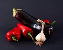 Czerwoni pieprze, czosnek i oberżyny, Obrazy Royalty Free