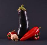 Czerwoni pieprze, czosnek i oberżyny, Fotografia Stock