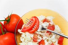 Czerwoni pomidory rozgałęziają się z szklanym talerzem sałatka i lud Biały bac Zdjęcia Stock