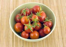 Czerwoni pomidory w zielonym pucharze na słomie matują Obrazy Royalty Free