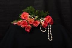 Czerwoni róż i Białych koraliki Zdjęcia Stock