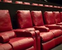 Czerwoni recliner kina siedzenia w luksusowym kinie zdjęcie royalty free