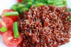 Czerwoni ryż z pomidorami i fasolkami szparagowymi Zdjęcie Royalty Free