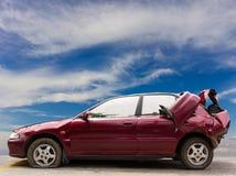 Czerwoni samochodowi zderzaki wyburzający z niebem zdjęcie stock