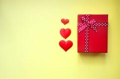 Czerwoni serca i prezenta pudełko na tle zdjęcie royalty free