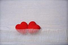Czerwoni serca krzywdzący i ochrona z facia Obraz Stock