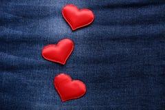 Czerwoni serca na cajgu tle Obrazy Royalty Free