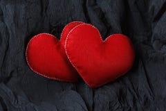 Czerwoni serca na czerń papieru tle Fotografia Royalty Free