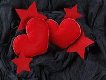 Czerwoni serca na czerń papieru tle Zdjęcia Stock