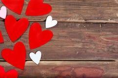 Czerwoni serca na drewnianym stole zdjęcia royalty free