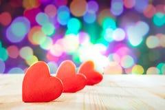 Czerwoni serca na drewnianym stole Walentynki ` s dnia temat Wysoka Rozdzielczość Fotografia Fotografia Stock
