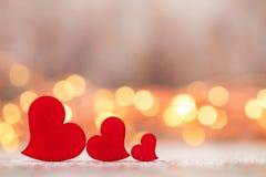 Czerwoni serca na drewnianym tle Obrazy Royalty Free