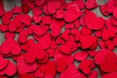 Czerwoni serca na drewnianym tle Obrazy Stock