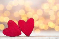 Czerwoni serca na drewnianym tle Zdjęcia Stock