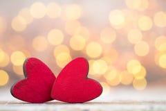Czerwoni serca na drewnianym tle Obraz Stock