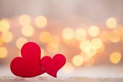 Czerwoni serca na drewnianym tle Zdjęcia Royalty Free