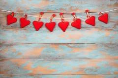 Czerwoni serca na drewnianym tle 8 dodatkowy ai jako tła karty dzień eps kartoteki powitanie wizytacyjny teraz podczas oszczędzon Obraz Stock