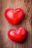 Czerwoni serca na drewnie obraz stock