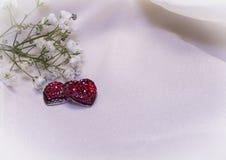 Czerwoni serca na kremowej tkaninie Obrazy Stock