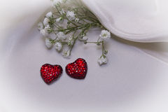 Czerwoni serca na kremowej tkaninie Obraz Stock