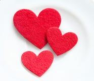 Czerwoni serca na półkowym zakończeniu. Walentynka dzień Fotografia Royalty Free