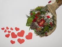 Czerwoni serca od papieru i bukieta kwiaty Obraz Stock