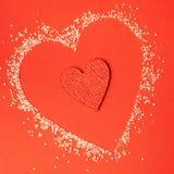 Czerwoni serca różni rozmiary na czerwonym tle Obrazy Stock